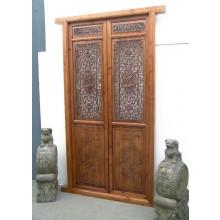 Die chinesische Tür aus hellem massivem Holz mit aufwendigen Details