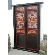 Die Echtholztür aus China wurde mit traditionellen Elementen verziert.