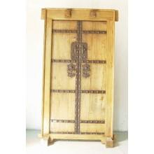 Die wertbeständige Holztür aus China wurde sowohl aus dunklem als auch hellem Holz gefertigt