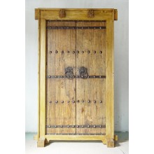 Solide Holztür aus China im Used-Look mit metallenen Elementen
