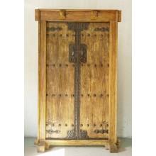 Chinesische Tür aus Vollholz mit besonderen Elementen.