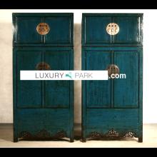 Chinesischer Schrank aus Hartholz im Used-Look mit metallenen Applikationen