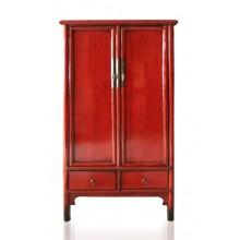 Klassischer Hartholzschrank aus China in kräftigem Rot.