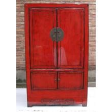 Erstklassiger Holzschrank aus China in kräftigem Rot mit metallenen Elementen