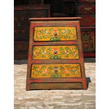 Tibetanischer Schubladenschrank aus massivem Holz im Vintage-Look mit klassischem Motiv.